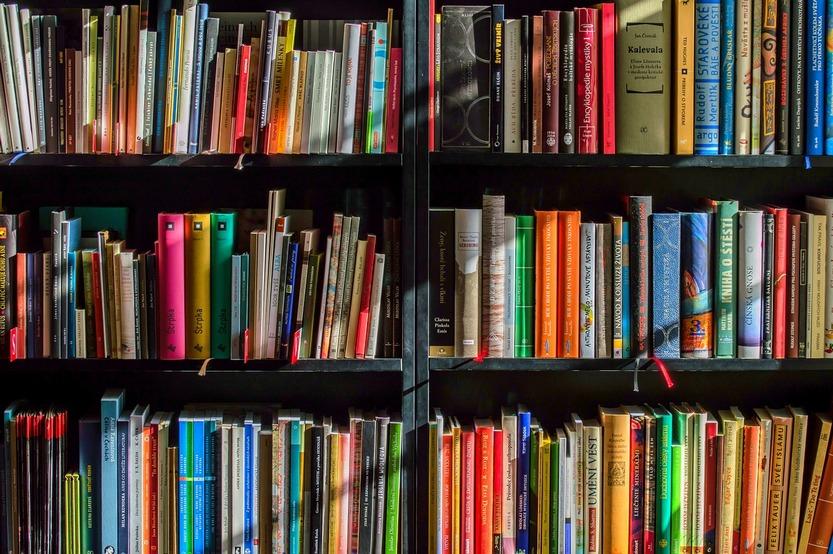 Книжные полки возле кровати по фен-шуй