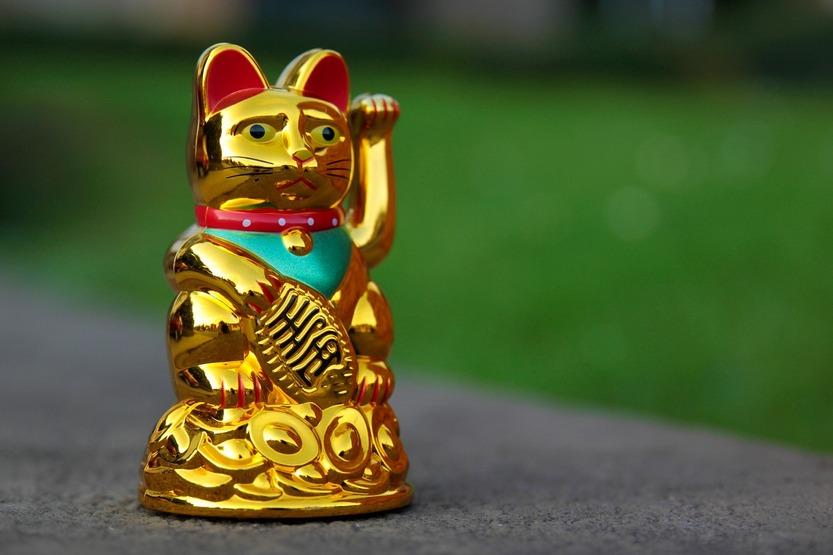 Кот манеки-неко золотого цвета